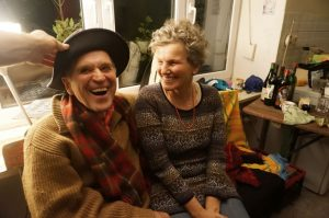 Frohgemuter Abschied von dem Gebäude, das sie viele Jahre bewohnten: Thomas und Cornelia